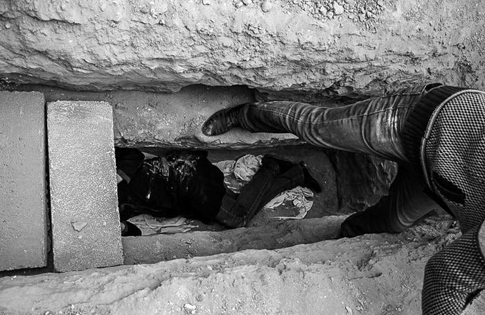 (تصاویر) خوابیدن داوطلبانه در قبر