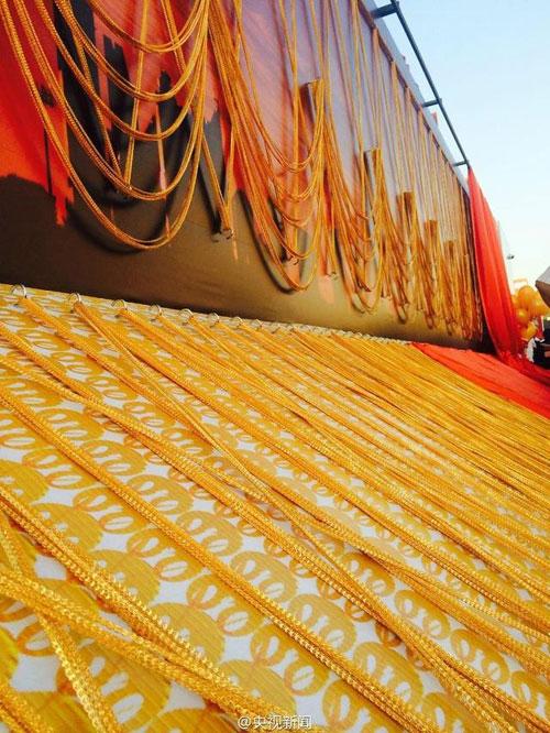 (تصاویر) زنجير طلای 5 کيلومتری در دبی