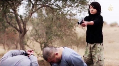 (تصاویر) اعدام دو روس توسط کودک داعشی!