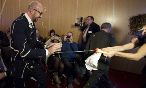 (تصاویر) حمله به نخستوزیر با سس مایونز