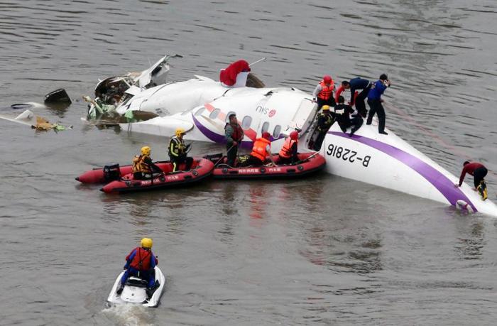 (تصاویر) سقوط هواپیمای تایوانی در رودخانه