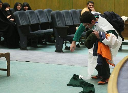 (تصاویر) اعتراض دانشجوی کفنپوش به رسایی