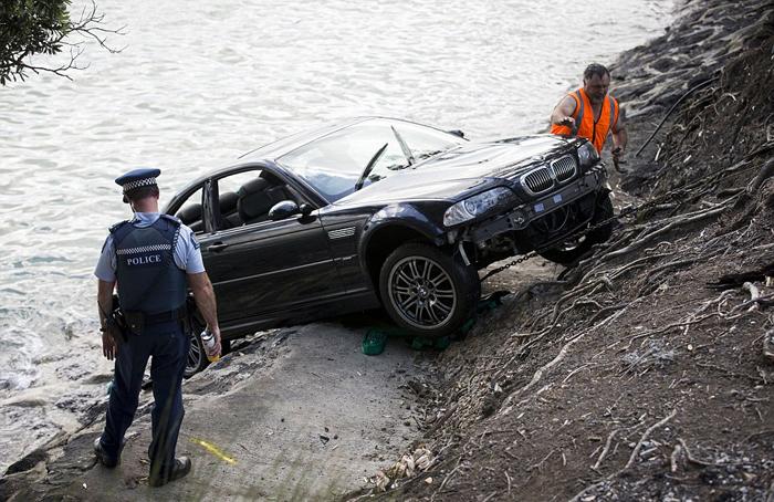 (تصاویر) نجات زن از غرق شدن با اتومبیل