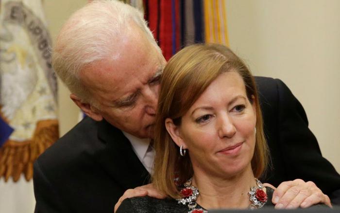 (تصاویر) صمیمیت غیرعادی بایدن با همسر کارتر
