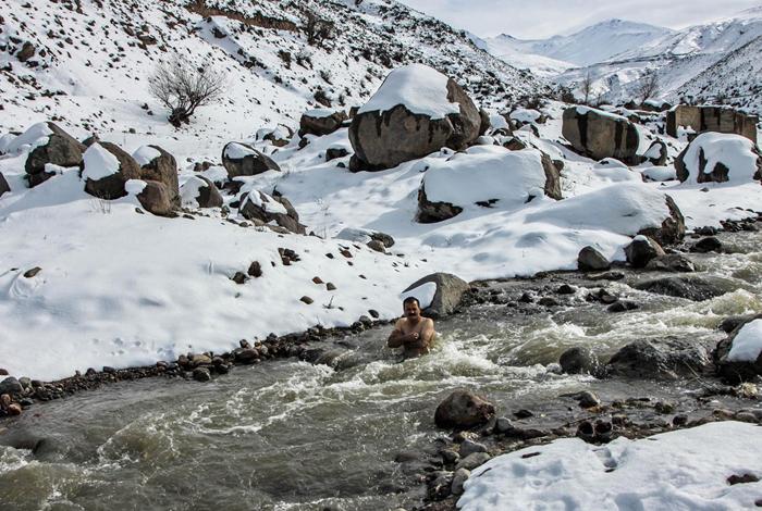 (تصاویر) مرد یخی در رودخانه یخزده سبلان