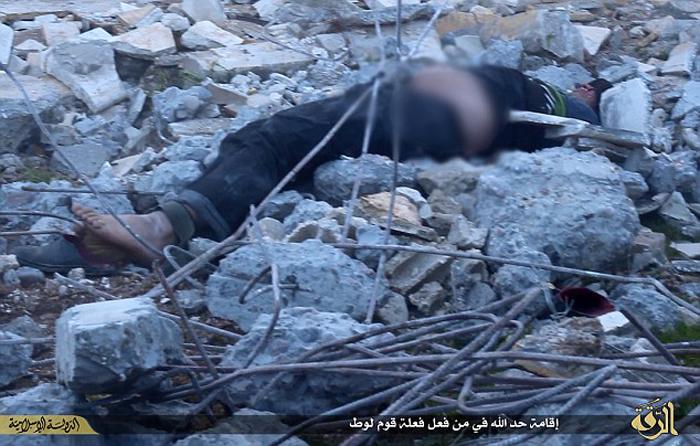 (تصاویر) پرتاب از بلندی و سنگسار جوان سوری