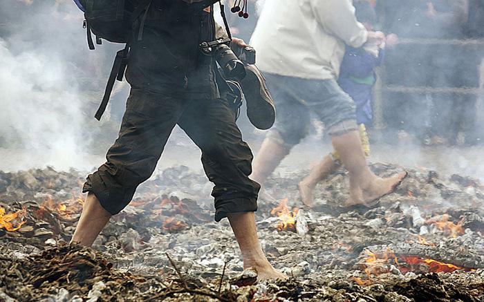 (تصاویر) راهرفتن بر روی آتش در توکیو
