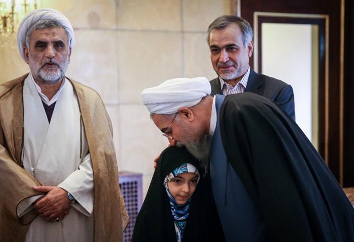 (تصاویر) هدیه روحانی به حافظ خردسال قرآن