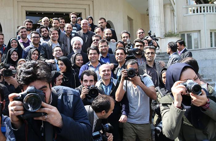 (تصاویر) حواشی آخرین جلسه دولت در سال93