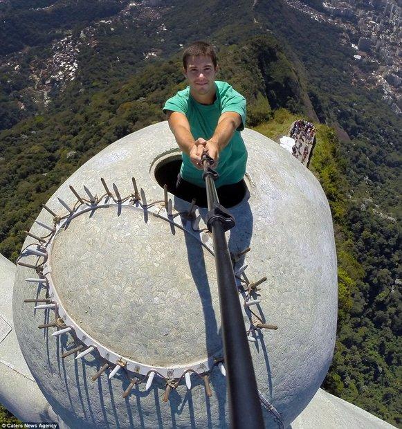 (تصاویر) عجیبترین سلفی با مجسمه معروف