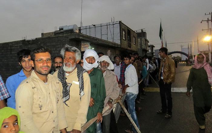 (تصاویر) ازدحام مردم محروم مقابل بیمارستان صحرایی