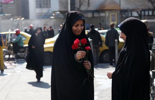 (تصاویر) اهدای گل به زنان چادری