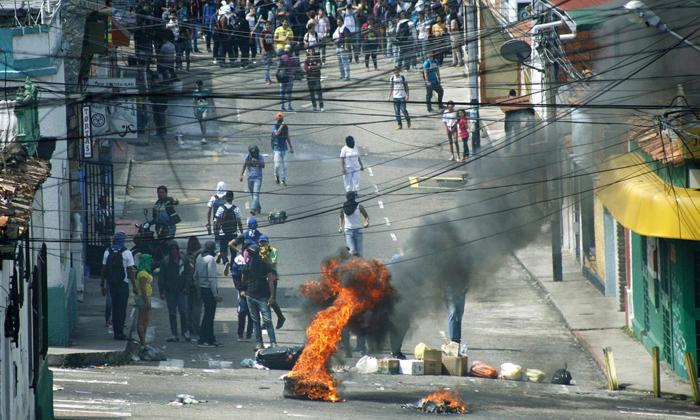 (تصاویر) تیرخوردن نوجوان معترض در ونزوئلا