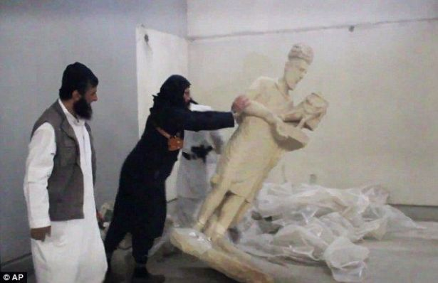 (تصویر) حمله داعش به موزه موصل