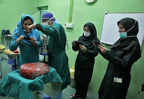 (تصاویر) درآوردن تومور 10کیلویی از شکم