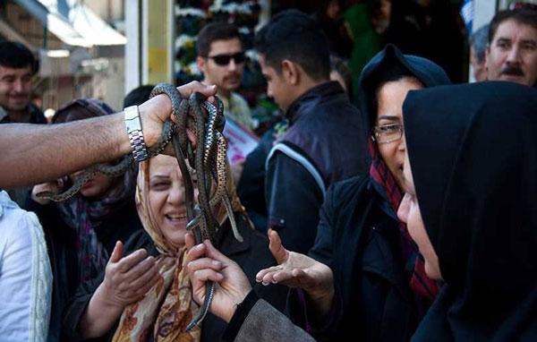(تصویر) حراج مار زنده در بازار تهران!