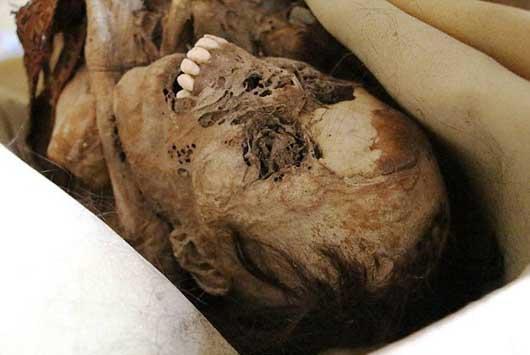 جسد مومیایی ۹۰۰ ساله کنار خیابان+(تصاویر)