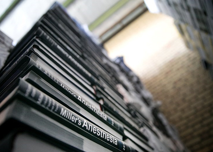 (تصاویر) تبدیل 13 خاور کتاب پزشکی به کارتن سیگار