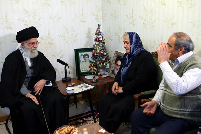 (تصاویر) رهبر انقلاب در منزل شهید