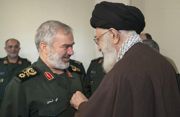نشان فتح رهبرانقلاب بر سینه بازداشت کنندگان ملوانان