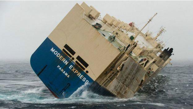 (تصاویر) کشتی نیمهواژگون به سمت فرانسه می رود