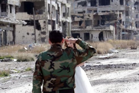 (تصاویر) ابتکار زوج سوری برای عکس روزعروسی