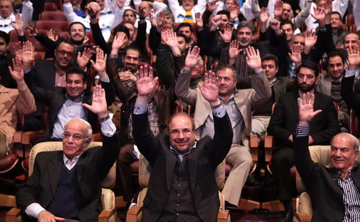 (تصاویر) اهدای پیراهن پرسپولیس و استقلال به قالیباف