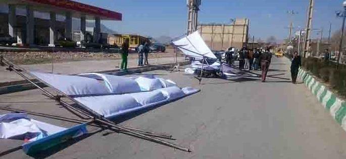 (تصاویر) سقوط داربست انتخاباتی با یک مجروح