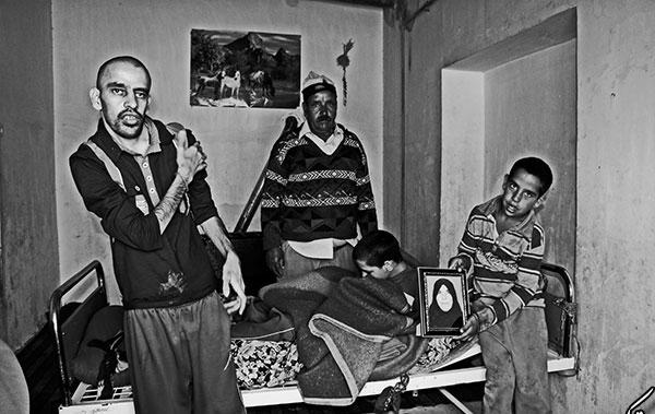 (تصاویر) حکایت عاشقانه پدری با 3 فرزند معلول