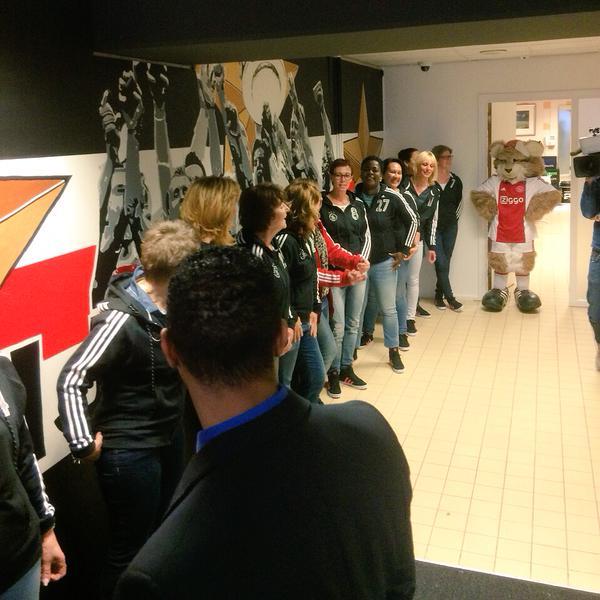(تصاویر) بازیکنان آژاکس با مادرانشان به زمین رفتند