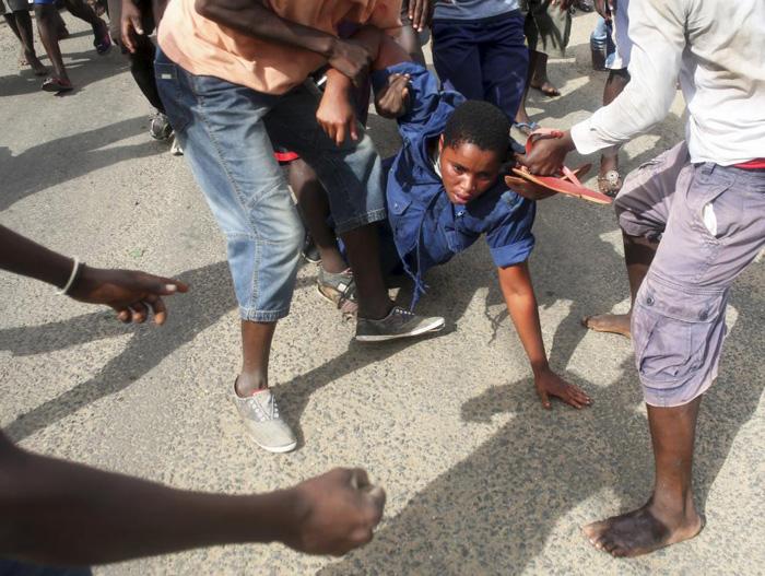 (تصاویر) حمله به یک پلیس زن در بروندی
