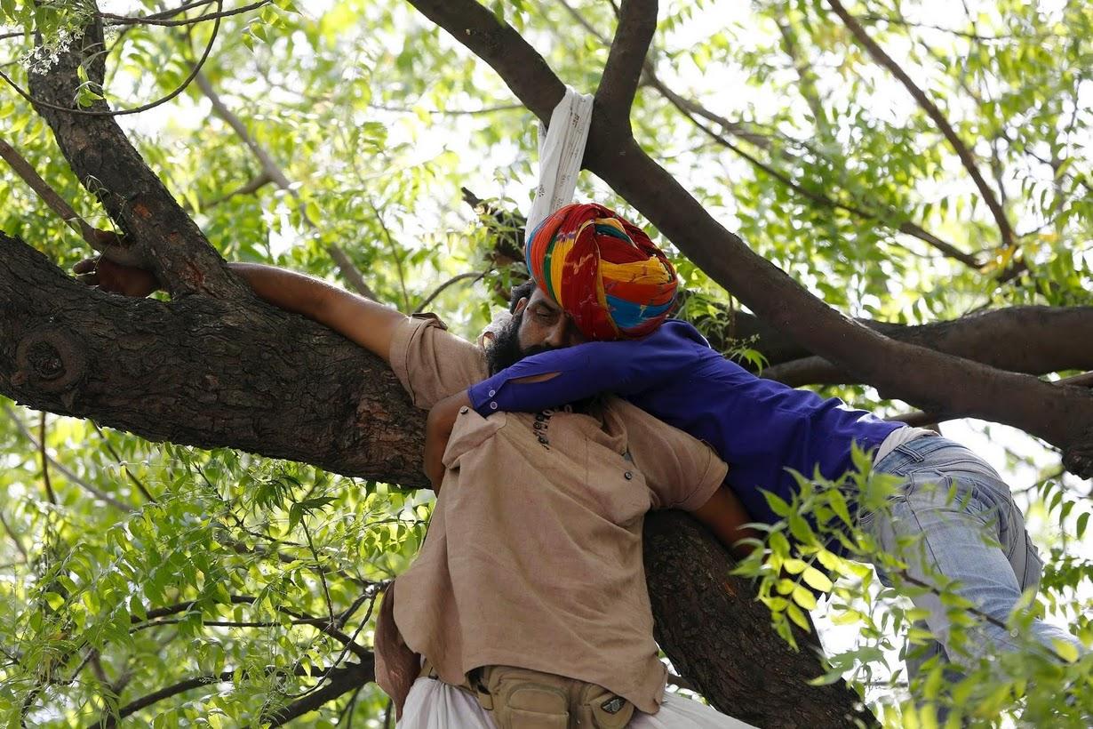 (تصاویر) خودکشی کشاورزهندی در جمع معترضان