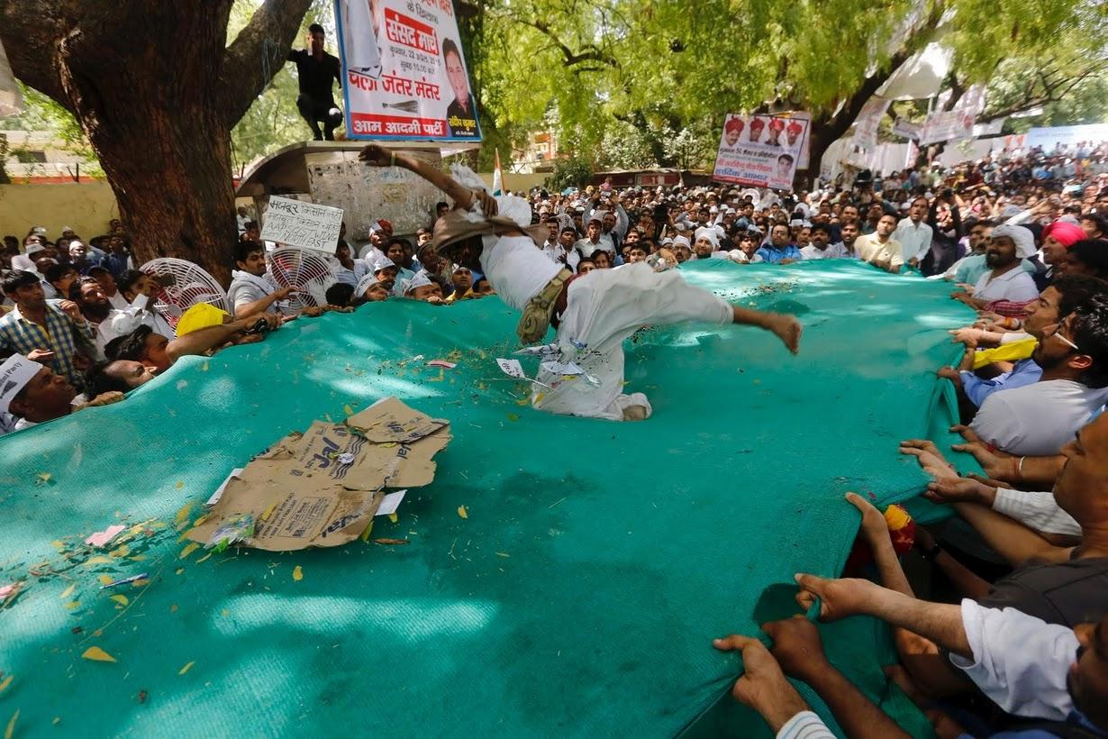 (تصاویر) خودکشی کشاورز معترض در هند