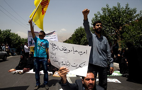 (تصاویر) تجمع معترضان به حضور بانوان در ورزشگاه