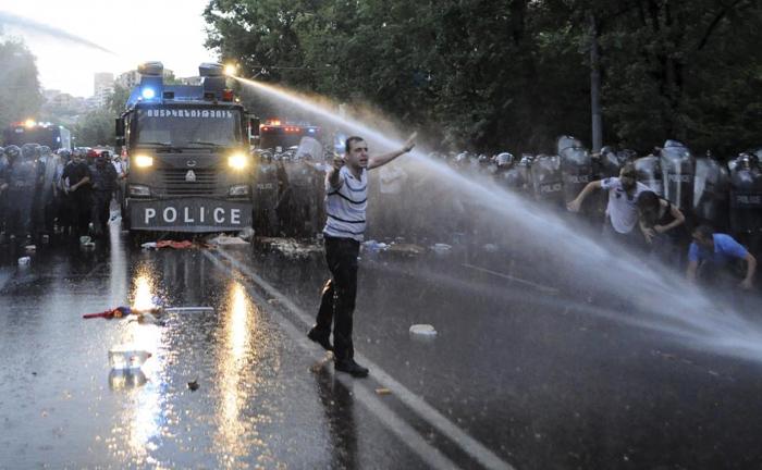 (تصاویر) فشار آب و معترضان گرانی برق