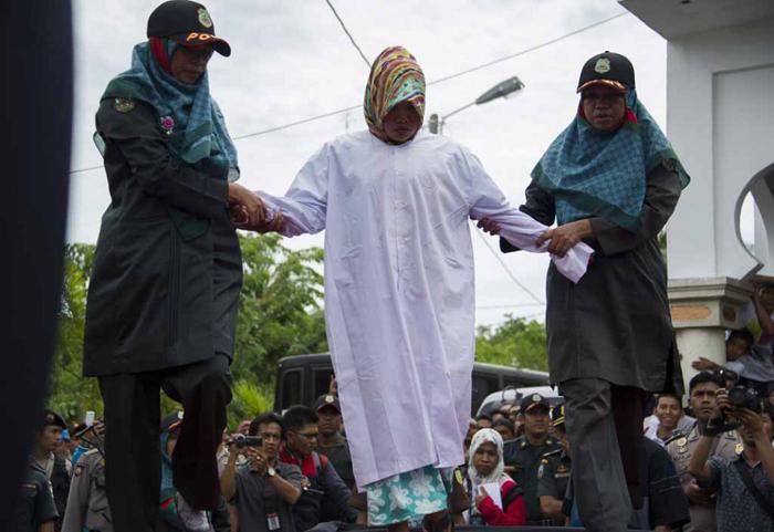(تصاویر) مجازات شلاق در ملاء عام در «آچه»