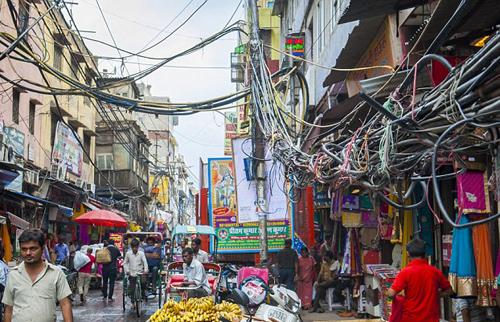 (تصاویر) زندگی با کابلهای برق فشار قوی