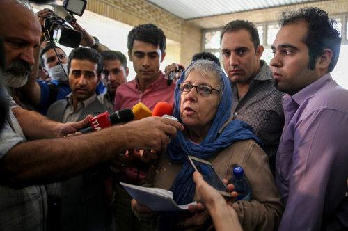(تصاویر) مادر و همسر جیسون رضائیان در حاشیه دادگاه