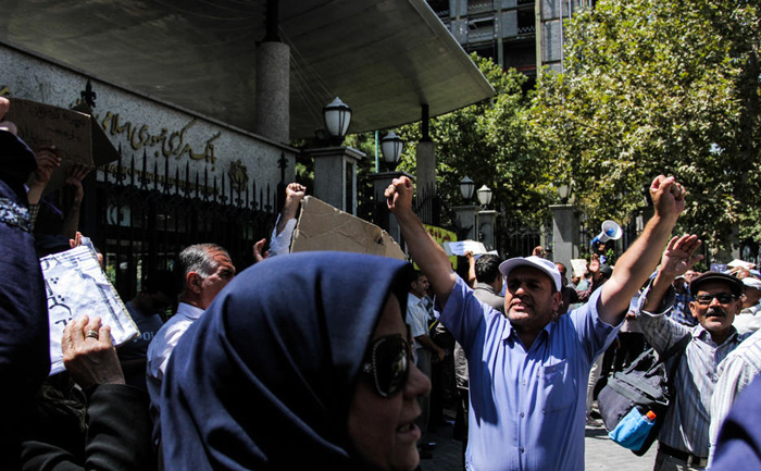 (تصاویر) تجمع مقابل بانک مرکزی