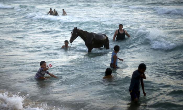 (تصاویر) سواحل غزه؛ تفریح در میان آلودگی