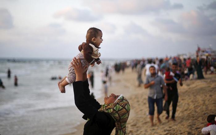 عکس تفریح زنان و مردان در ساحل غزه !
