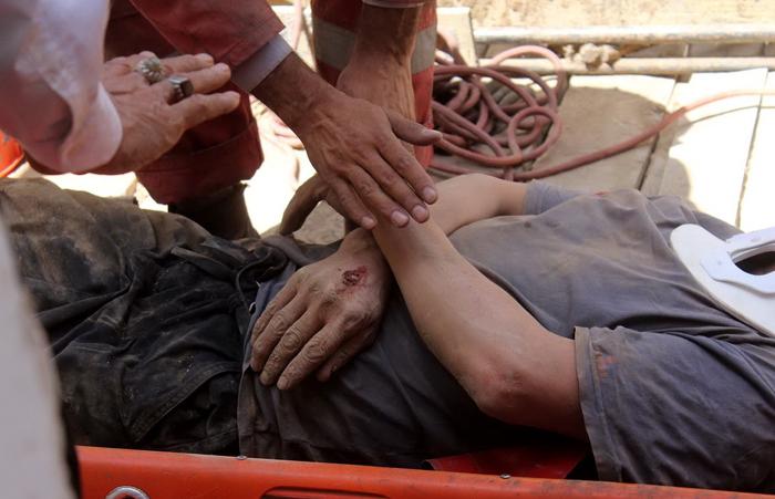(تصاویر) ریزش آوار روی دو کارگر ساختمانی