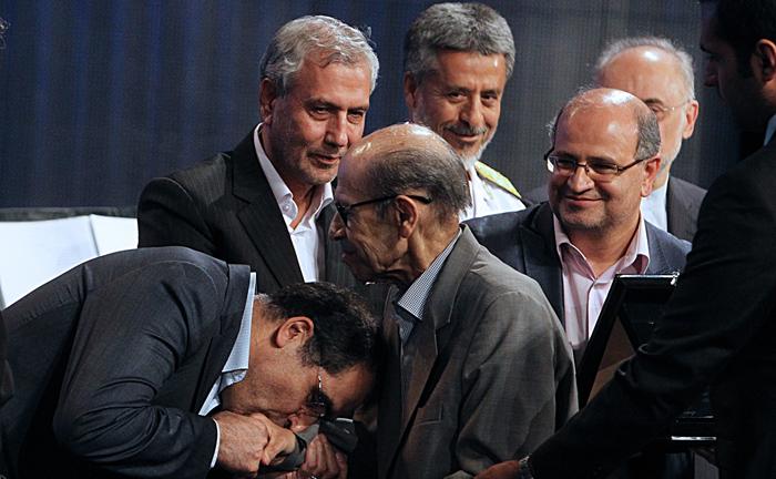 (تصاویر) بوسه وزیربهداشت بردست دکتر یلدا