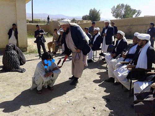 (تصویر) اجرای حکم شلاق پسر و دختر افغان