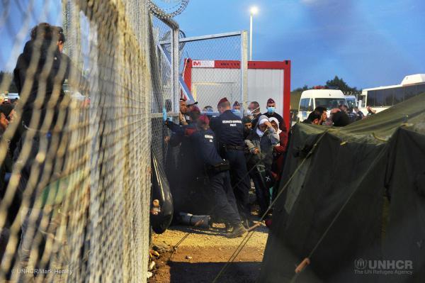 (تصاویر) پناهجویان سوری در قفس