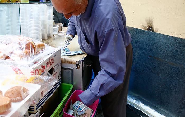 (تصاویر) آبمیوه فروشی با دستان آهنی