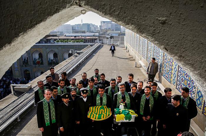 (تصاویر) تعویض پرچم گنبد امام رضا(ع)