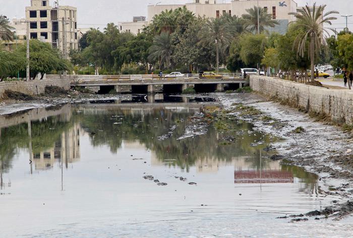 (تصاویر) غسل عضوشورای شهر با آب فاضلاب!