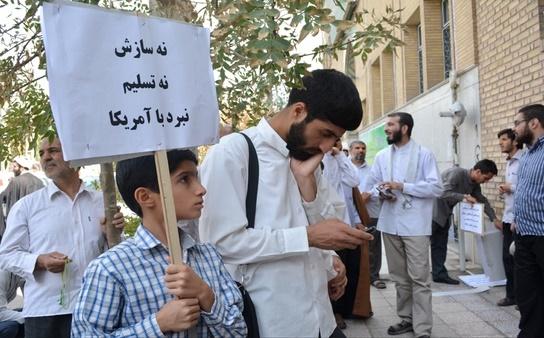 (تصاویر) تجمع دلواپسان مقابل دفتر لاریجانی در قم