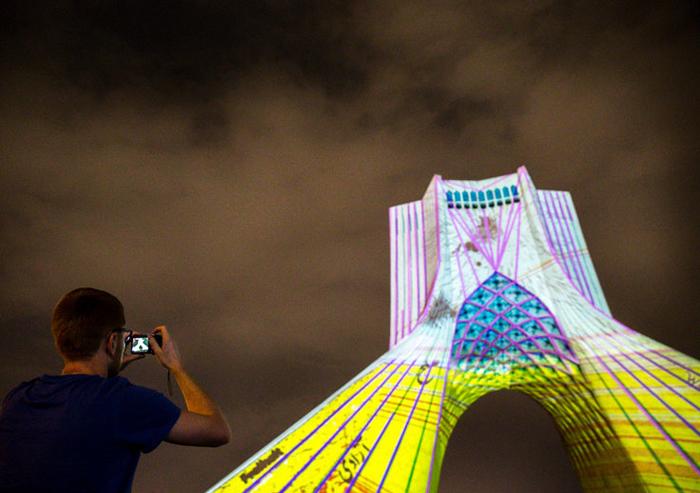 (تصاویر) رقصنور هنرمند آلمانی در برج آزادی